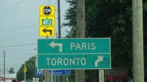 Hinweisschild Paris - Toronto