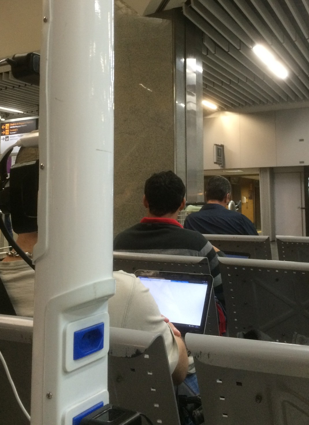 Rio de Janeiro - GIG - Reisende nutzen den Gratis Service für Strom und Wifi