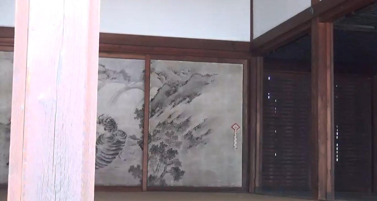 Sicht auf Innenraum mit Wandmalerei