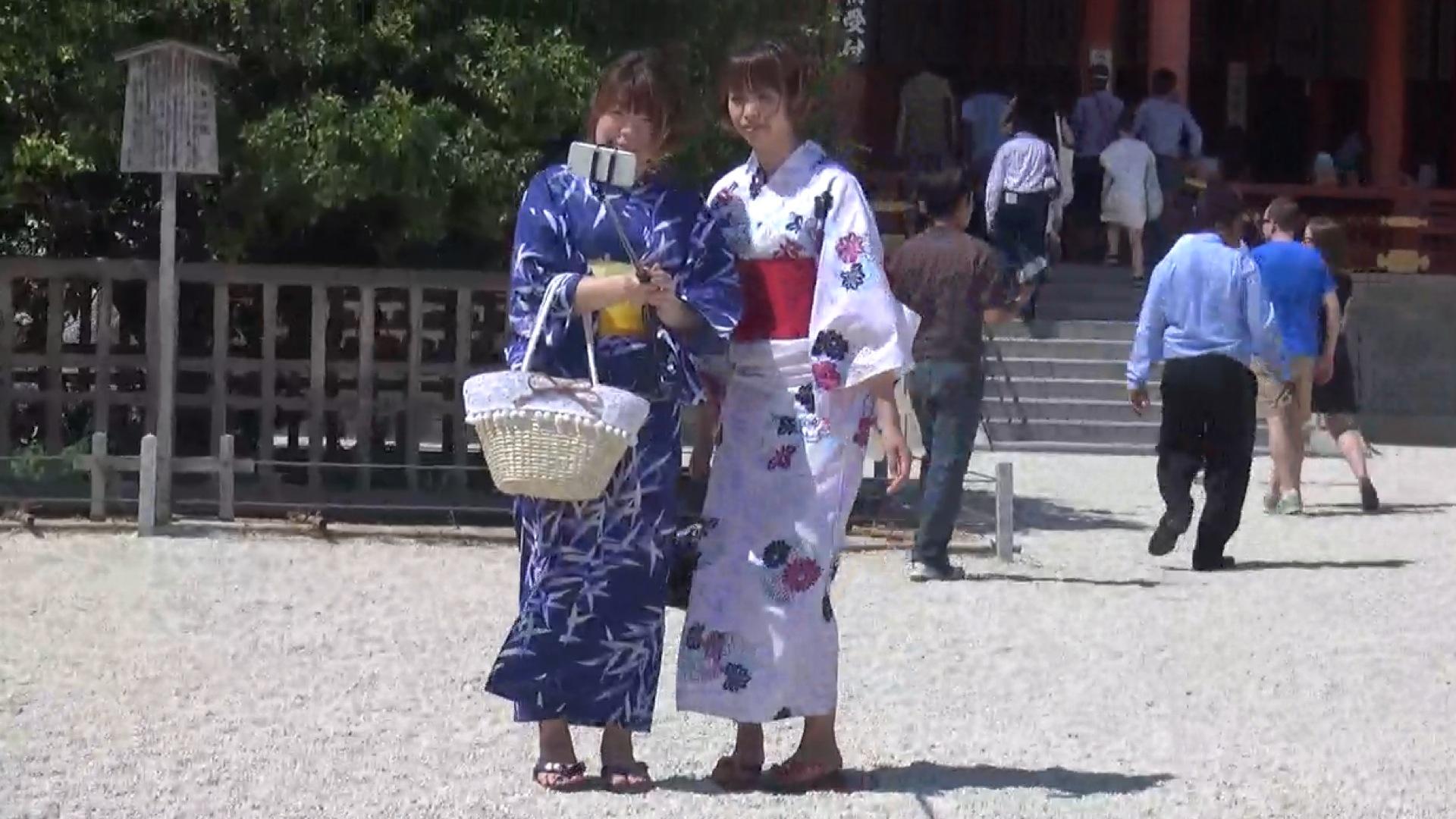 Touristinnen im Geisha Outfit posieren fürs Selfie