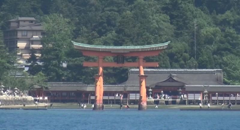 Das Eingangstor (Torii) und der Itsukushima Shinto Schrein
