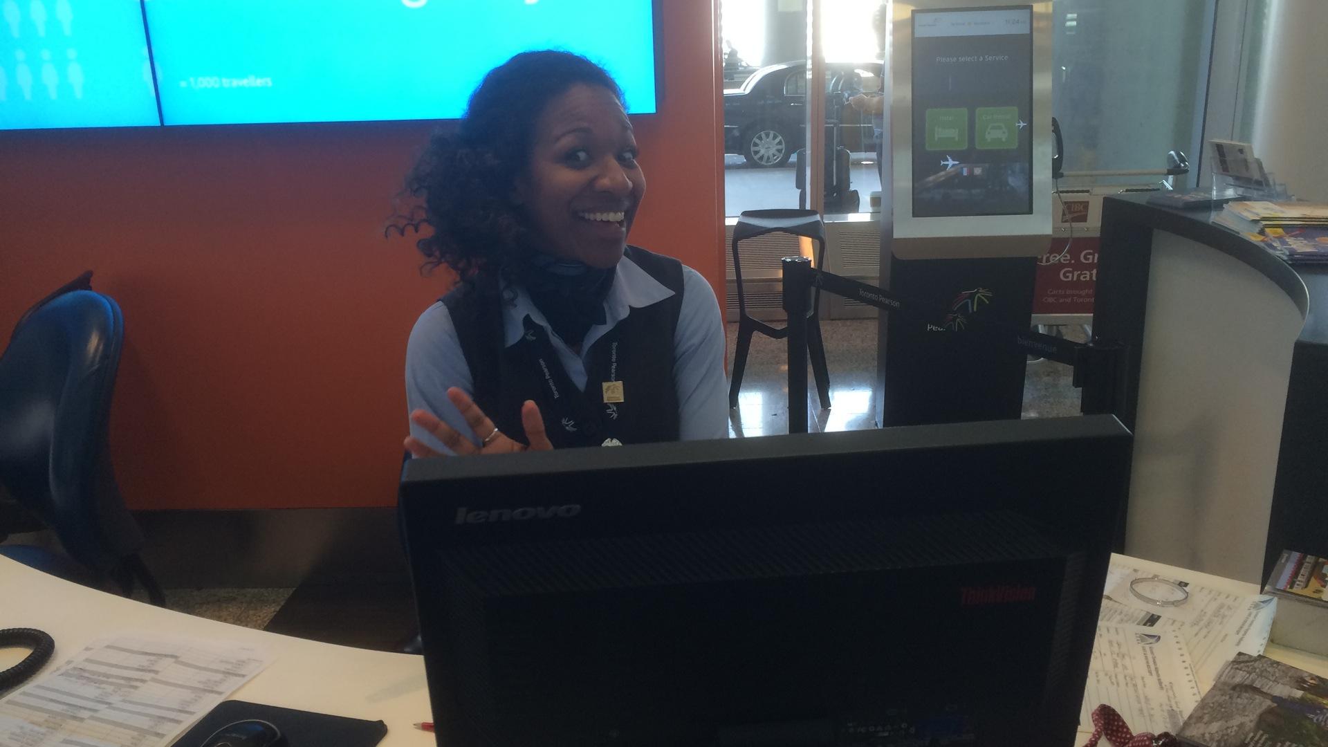 Toronto Pearson Airport - freundliche Mitarbeiterin der Information
