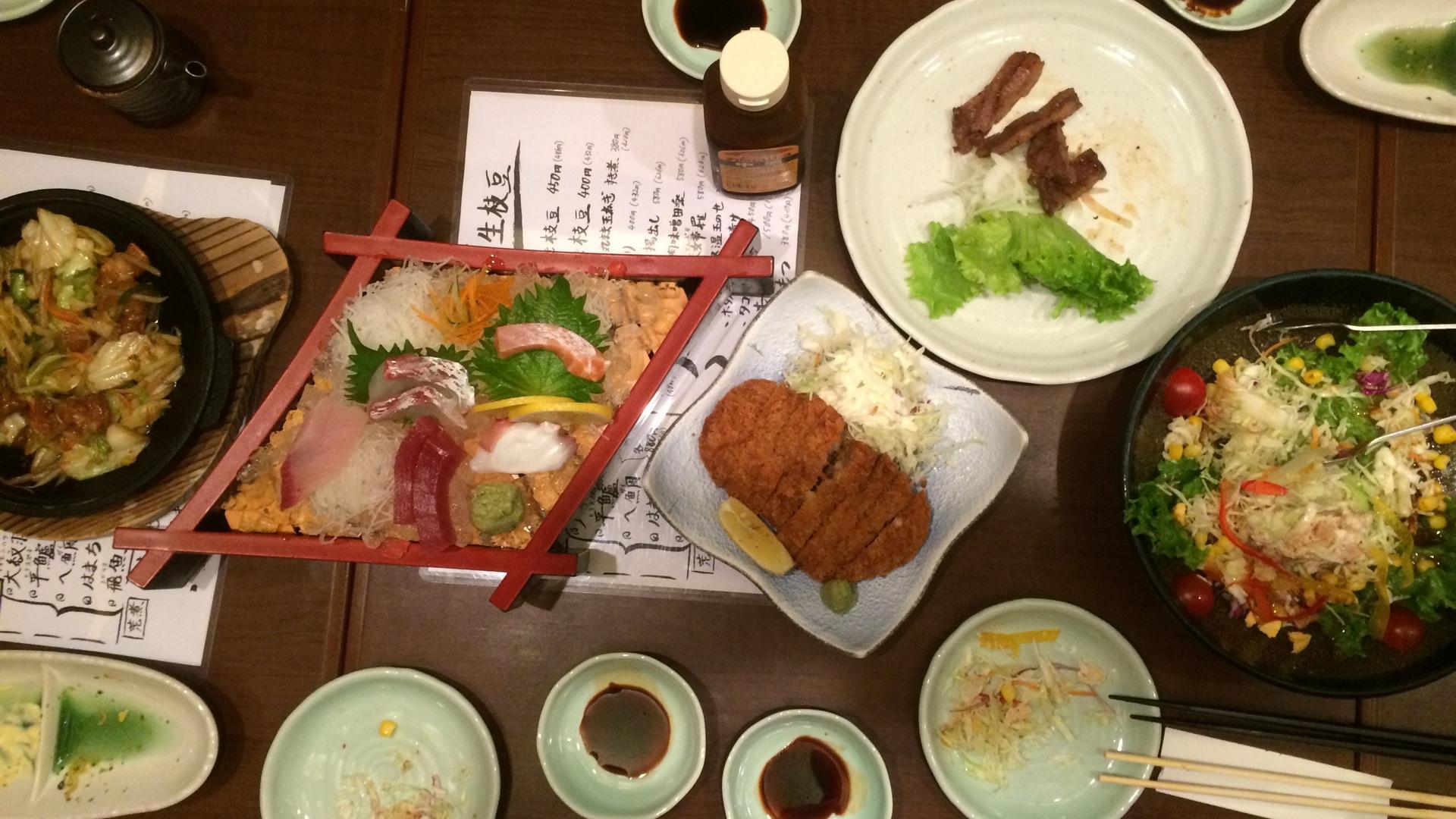 reichliche Speisenauswahl beim Abendessen